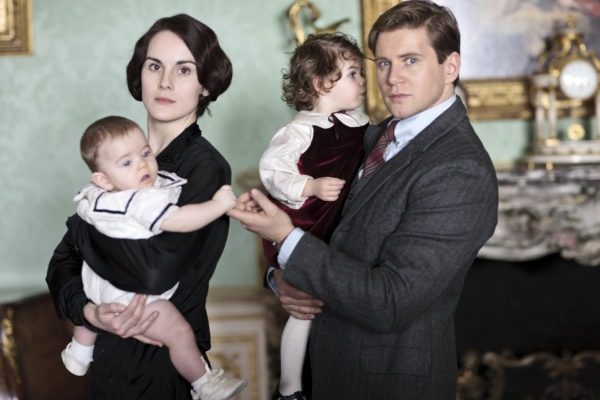 FIRST LOOK DOWNTON ABBEY SEREIS 4.   Lady Mary played by Michelle Dockery with Baby George and Tom Branson played by Allen Leech with baby Sybbie  COPYRIGHT: CARNIVAL/ITV